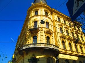 Edificio en el que se alberga una tienda de relojes muy cara.